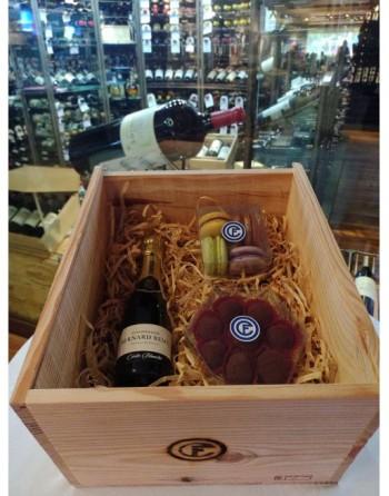 Champagne Carte Blanche Bernard Remy 200ml, macarrones (4 piezas), trufas de chocolate (8 pzas.), caja de madera con tarjeta